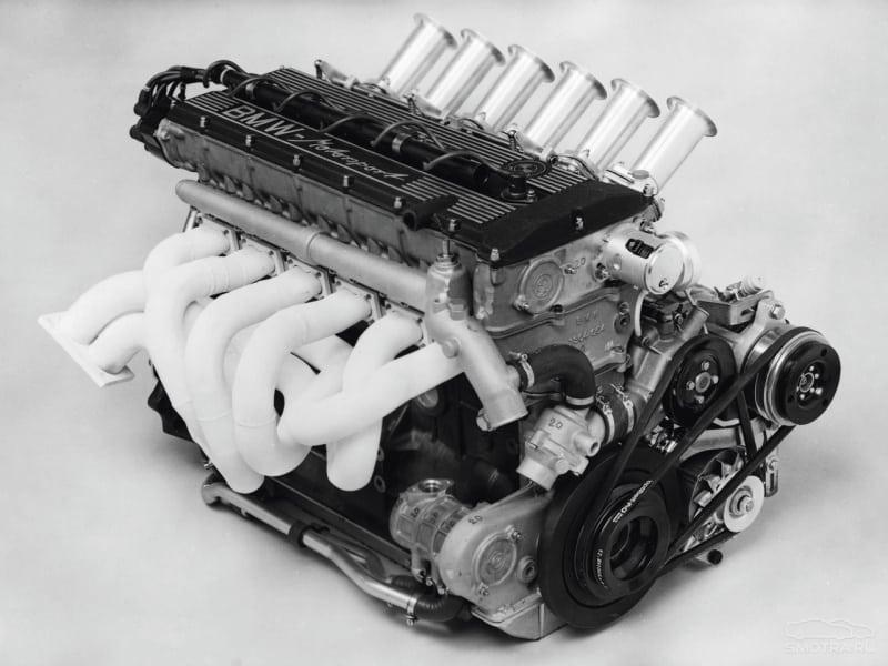 Впускной коллектор на моторе М88 6-дроссельный, решение простое и безотказное, а главное, на впуске не теряется ни одной лошадки, каждая из которых так ценна в пылу борьбы с соперниками.