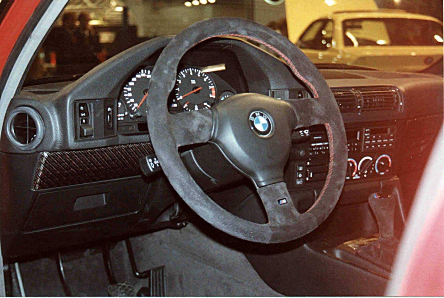 Руль BMW M5 «20 Jahre Rock Edition» был обшит алькантарой с красной строчкой