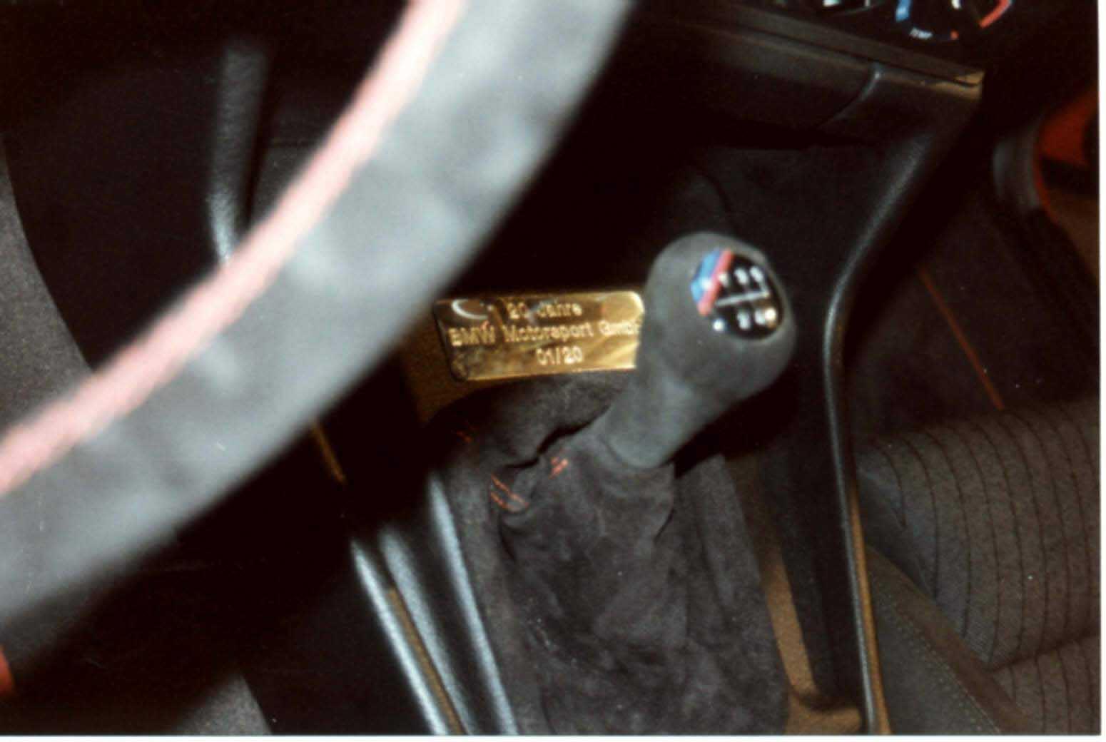 Рядом с ручкой КПП M5 «20 Jahre Rock Edition» располагалась табличка с номером модели