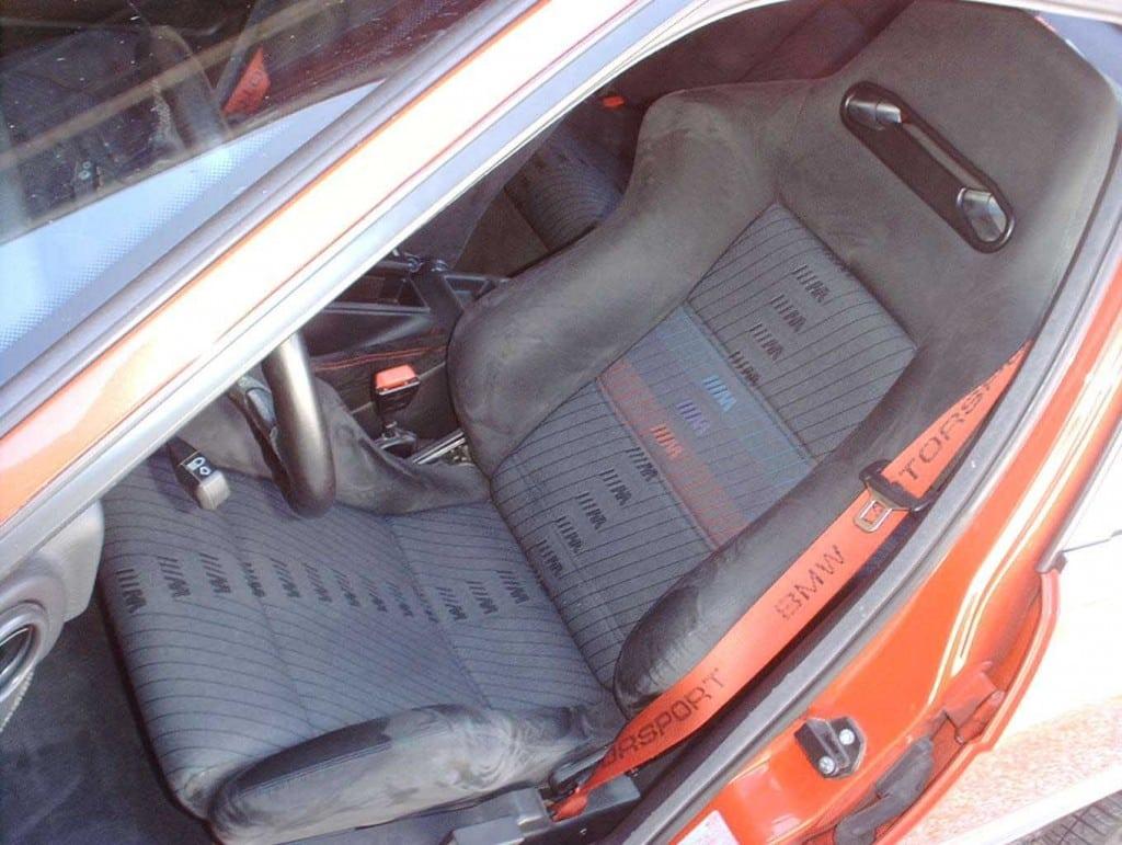 Салон BMW M5 «20 Jahre Rock Edition», включая руль, ручки коробки переключения передач и ручника был обшит алькантарой цвета Anthracite.