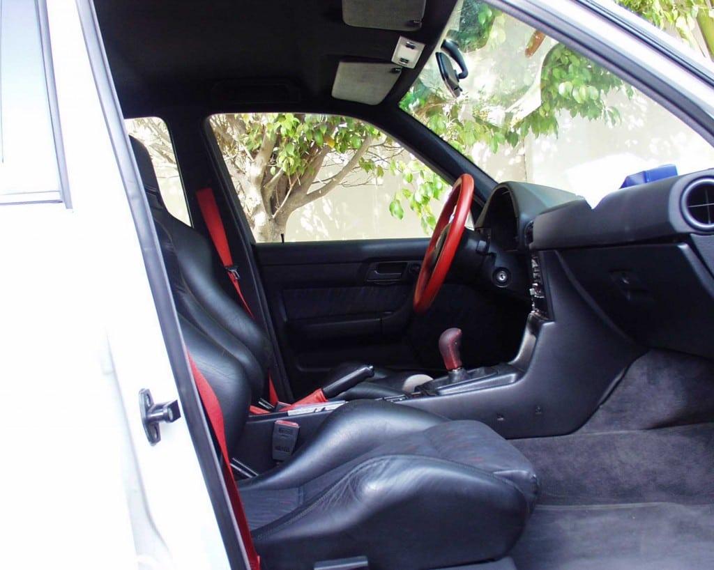 Салон был выполнен в двухцветной гамме из чёрного (Black) и пепельного (Anthracite) и оснащался спортивными передними седеньями Recaro SR с красными ремнями безопасности с вышивкой BMW Motorsport на них.