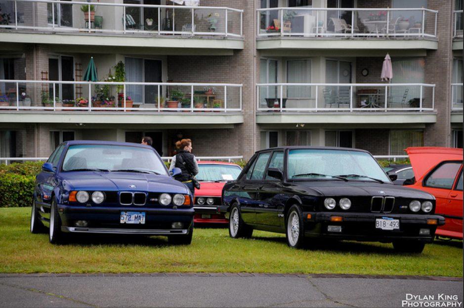 M5 в кузове E34 (слева) и её предшественница в кузове E28 (справа)