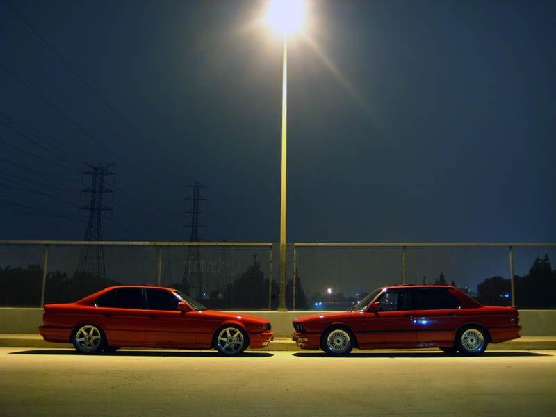 5 серия в кузове E34 (слева) и её предшественница в кузове E28 (справа)