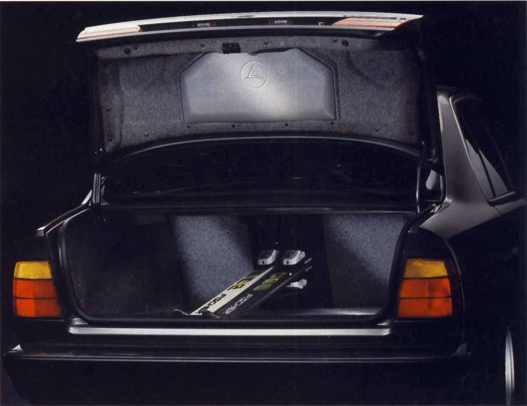 Багажное отделение BMW E34 и набор инструмента в крышке багажника