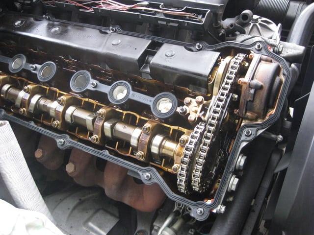 Двигатель M50 с системой Vanos. За счет изменения фаз газораспределения удалось значительно выровнять кривую крутящего момента и увеличить его на низких оборотах.