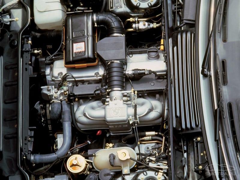 Двигатель M30, которым оснащались 530i и 535i, до перехода на V-образные двигатели M60.
