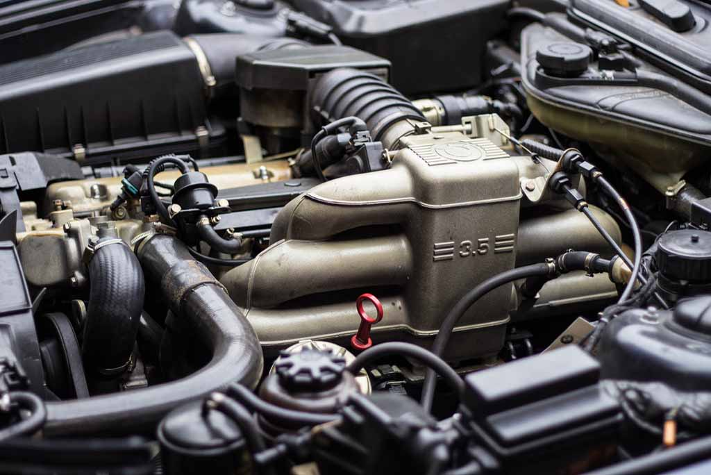 Несмотря на наличие на впускном коллекторе обозначений 3.5, фактически в этой модификации стоял двигатель M30 объемом 3430 куб.см (3,4 литра).
