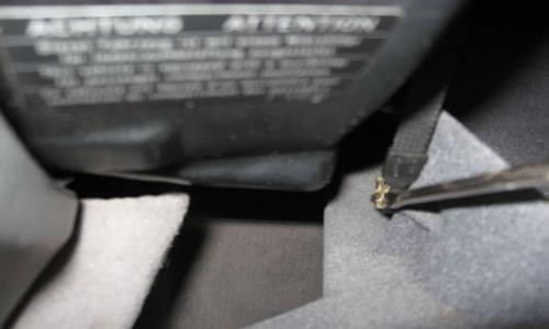 Чтобы отделить ремни, которые поддерживают крышку нужно снять два металлических зажима. Снимать их удобнее плоской отвёрткой. С левой стороны: