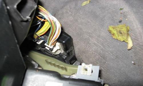 После удаления ковра будет видна зеленая пластиковаякрышка фильтра салона (возможно придётся подсветить),если она ранее была плохо прикручена - то будет не многоуличного мусора.