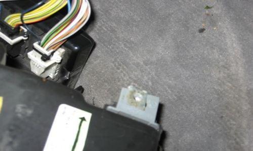 Теперь нужно вытянуть квадратный серый кусок пластика (кабели подключаются к блоку управления Aircon)