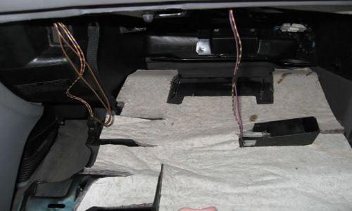 Далее вытягиваем оббивку верхней стенки ящика. Нужно отсоединить провода и обратить внимание, чтобы не потерять переключатель, он легко выпадает.