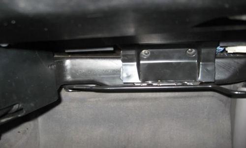 Далее нужно удалить воздуховод для ног пассажира. Сначала откручиваем два винта в центре изображения (с помощью магнитной отвертки, благодаря этому они не попадают внутрь своего металлического корпуса, иначе будет много хлопот, чтобы вытащить их.