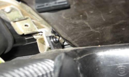 Теперь откручиваем другой черный винт, который держит воздуховод на панели. Он находится внутри левого угла вещевого ящика.
