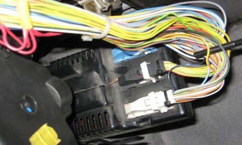 Теперь нужно убрать блок управления климатконтролем. Нужно нажать на пластиковый выступ на верхнем правом углу, который удерживает его на месте, а затем его можно извлечь.