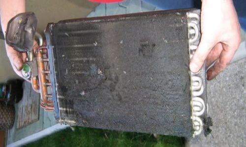 И вот для примера радиатор отопителя с BMW 535i 1988г., на которых фильтров салона не существовало. Как видно радиатор печки забит полностью, и работать не будет.