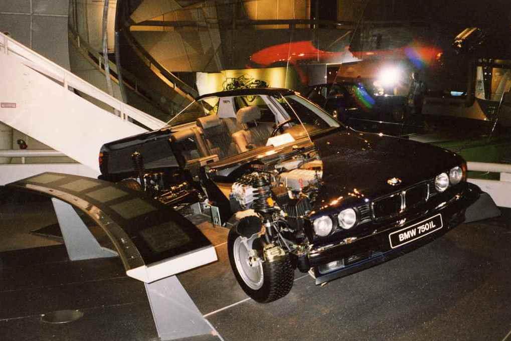 BMW E32 750iL в разрезе в музее BMW