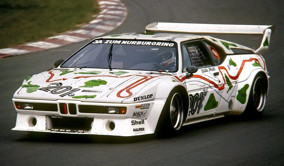 Хроника моделей, отмеченных шильдиками M, началась со среднемоторной BMW M1. На фото — гоночная версия, за рулём Нельсон Пике на Нюрбургринге. Будущий чемпион мира Формулы-1.