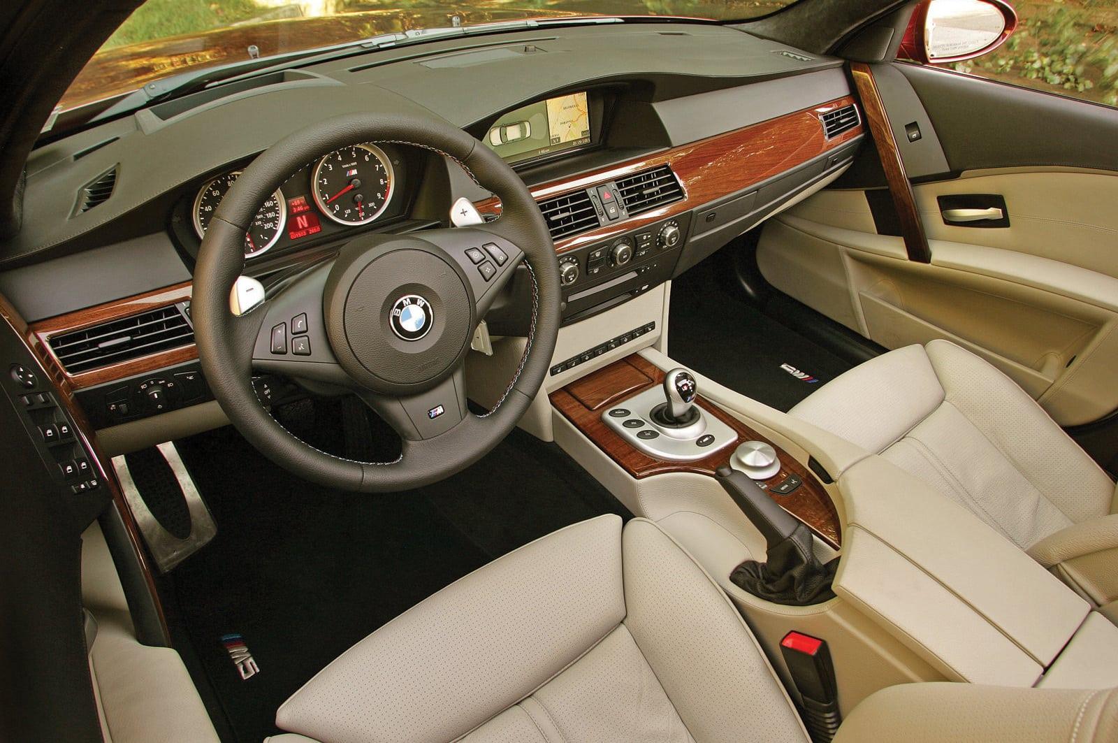 Многие критиковали M5 E60 за непривычную для автомобилей марки компоновку салона — здесь всего на одно поколение появилась симметричная центральная консоль, не повёрнутая в сторону водителя.