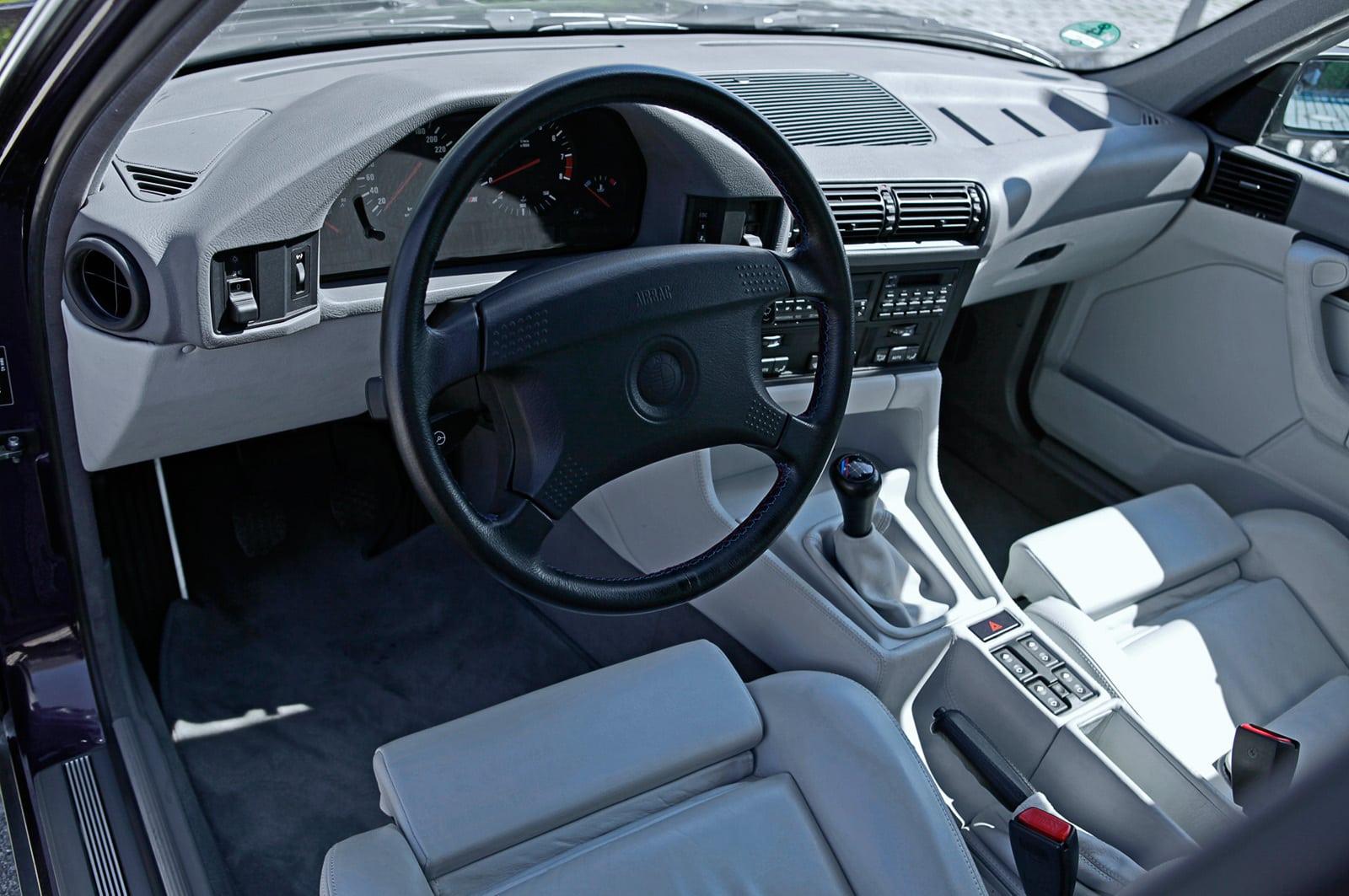 Интерьер простой и лаконичный, несмотря на то что большая его часть затянута в кожу. Клавиши стеклоподъёмников на центральном тоннеле — как у современных бюджетных автомобилей. Во времена BMW E34 такие решения не вызывали негатива. Тем более что тут и двухзонный климат-контроль есть.