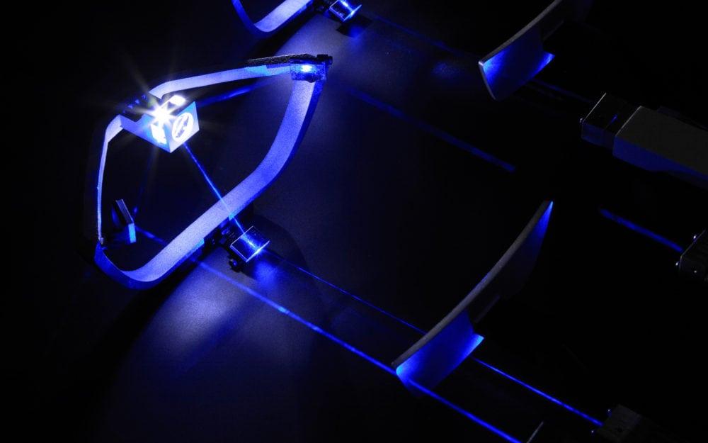 В сентябре 2011 года БМВ представила новую технологию автомобильных фар, основанную на использовании синих лазеров.