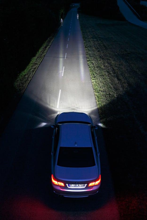 BMW так же не упустила возможность представить новую технологию Dynamic LightSpot system, которая подсвечивает пешеходов, которые находятся у вас на пути.