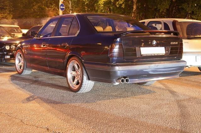 Пятый автомобиль под номером GD64678 Sonderlackierung 1995-03-28 Nachtblau met. Это единственный в России рестайловый М5 в комплектации Individual.