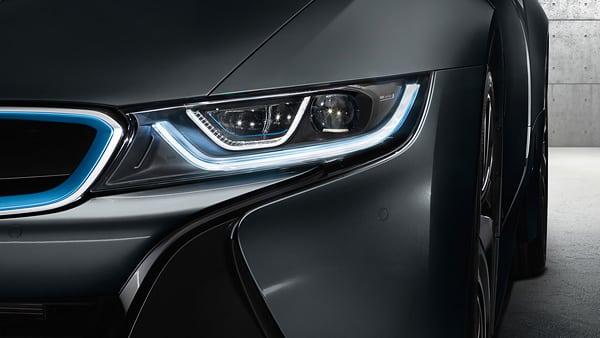 Светодиодные фары входят в стандартную комплектацию BMW i8 и идеально дополняют споркар.
