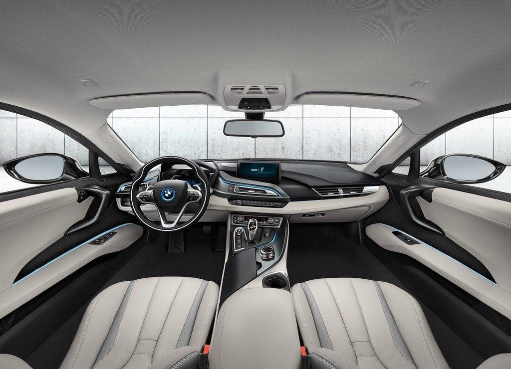 Гармоничному спортивному внешнему виду BMW i8 соответствует и оформление салона.