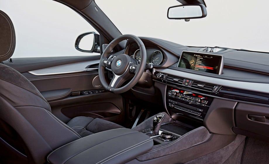 В случае с версией M50d не нужно доплачивать за M-руль, классные спортивные сиденья с цепкой алькантарой, алюминиевые вставки на передней панели и металлические накладки на педалях. Но дисплей диагональю десять с четвертью дюймов — всегда опция.