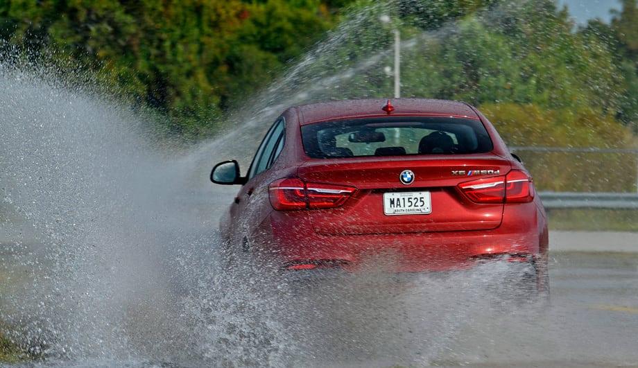 На мокром круге BMW X6 с активным задним редуктором азартен и фантастически послушен. А как быстро он выставляется под сброс газа, как покорно тянется в заносе… Зимний автомобиль-мечта!