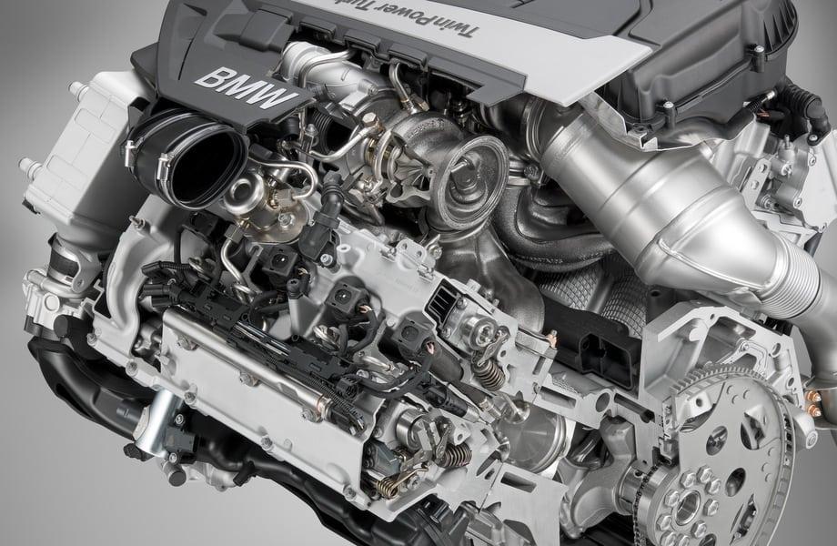 Восьмицилиндровый V-образный мотор N63B44TU рабочим объёмом 4395 см³ оснащён двумя турбокомпрессорами twin scroll в развале блока цилиндров, интеркулером с воздушно-водяным охлаждением и непосредственным впрыском топлива. От предыдущего двигателя N63B44 (в производстве с 2008 года) новый отличается системой бездроссельного смесеобразования Valvetronic c более надёжными бесщёточными электромоторами в приводе. Также применены более простые электромагнитные топливные форсунки, срок службы которых превосходит ресурс пьезоэлектрических, увеличено давление наддува. Расход топлива в смешанном цикле упал на 16%. Как и дизель, бензиновый агрегат отвечает нормам Евро-6.