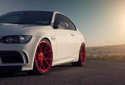 Строгий BMW E92 M3 с дизайнерскими дисками цвета Candy Apple Red