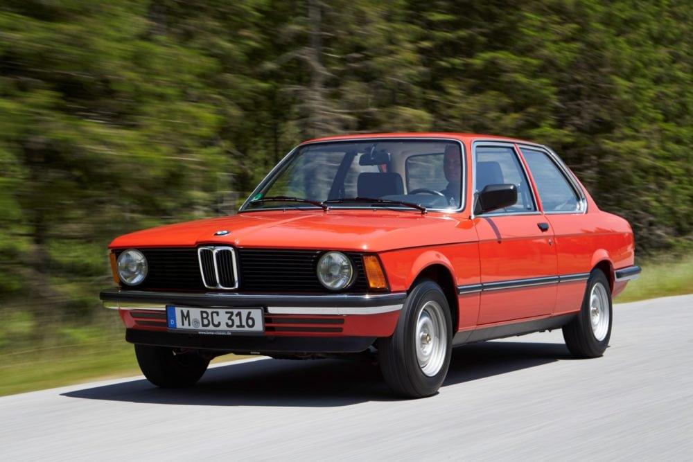 BMW 3 Серии в кузове E21: выпуск модели был начат 2 мая 1975 года (в США — в 1977 году). Завершён — в 1983 году. Машина пришла на смену BMW 2002 и выпускалась в виде двухдверного седана.