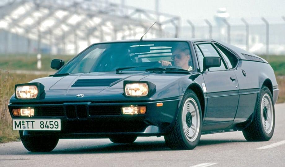 Фары у BMW M1, как тогда было модно, открывались вверх.