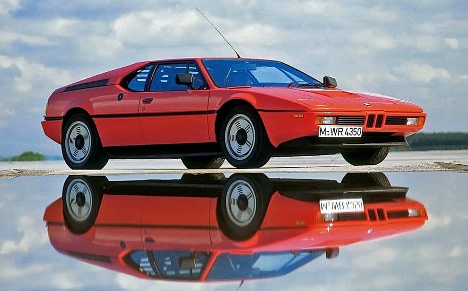 M1 производилась всего три года (1978–1981). Построить успели 445 машин: 399 гражданских и 46 — гоночных.