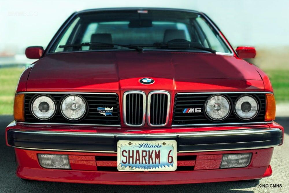 """Рядом с M1 припарковался Рик Роудбуш (Rick Roudebush) на E24 M6 1987 года. Известное как """"Акула"""" из-за своего агрессивного длинного капота и """"ноздрей"""" радиаторной решётки авто Рика в цвете Zinnerbot Red выглядит просто сногсшибательно."""