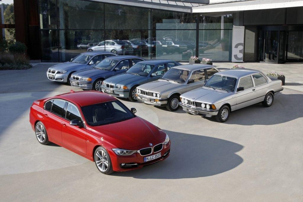 Это видео демонстрирует развитие BMW 3-й серии начиная с кузова E21 316i 1975 года и E30 M3, и заканчивая M3 F80 2015 года.
