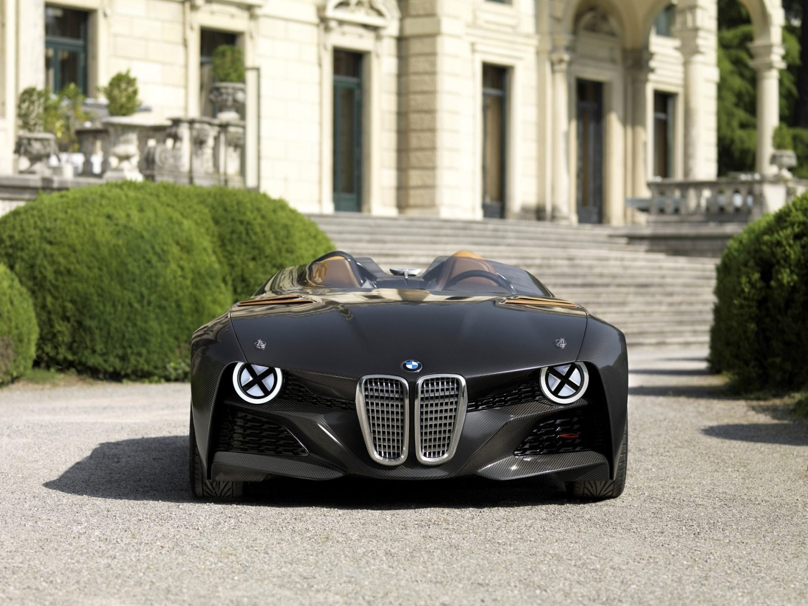 Особенностями BMW 328 Hommage являются карбоновый кузов и ассиметричное лобовое стекло: дань памяти одному из 25 лучших автомобилей прошлого столетия, BMW 328 1936 года.