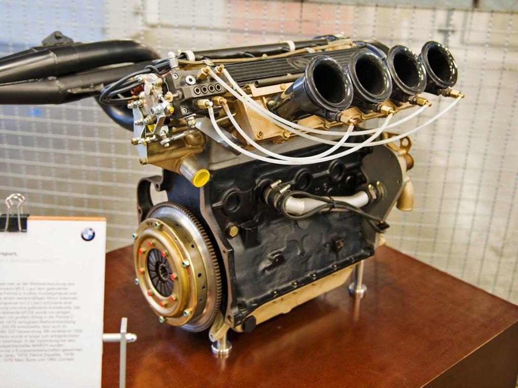 Четырёхцилиндровые моторы — такая же традиционная для BMW M вещь, как и рядные «шестёрки». Двухлитровая «четвёрка» M12/7 была разработана ещё под началом Александра фон Фалкенхаузена в 1972 году на логарифмических линейках.