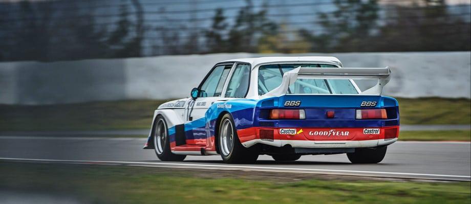 В конце 70-х молодёжный коллектив выступал на 600-сильном купе BMW 320 turbo Группы 5 FIA, оснащённом наддувной версией «четвёрки» M12/7. Как раз по требованиям этой категории и готовилась изначально среднемоторная модель BMW M1.