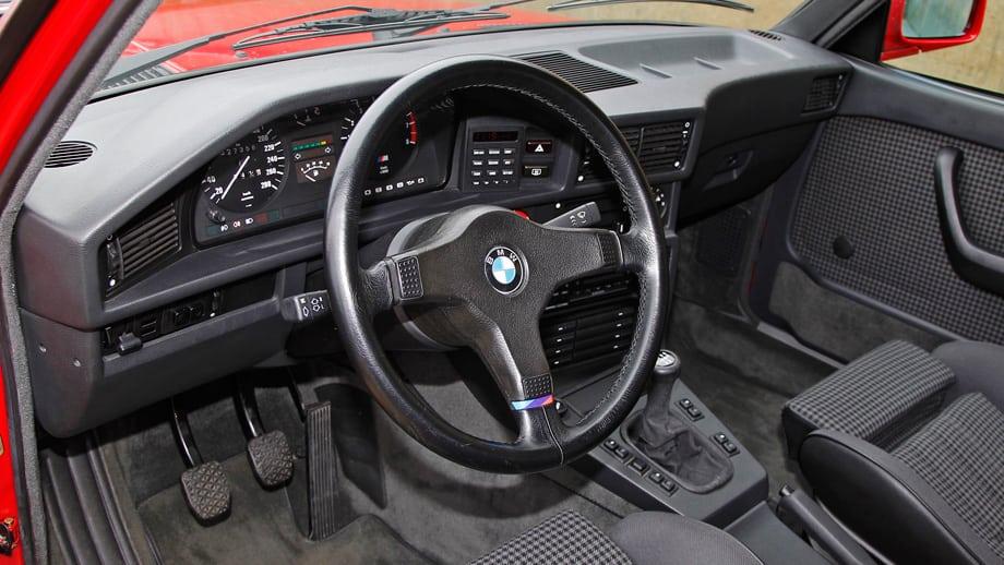 Так же, как снаружи, «эм-пятую» выдают разве что задний спойлер и колёса, внутри — только М-руль и пара шильдиков.