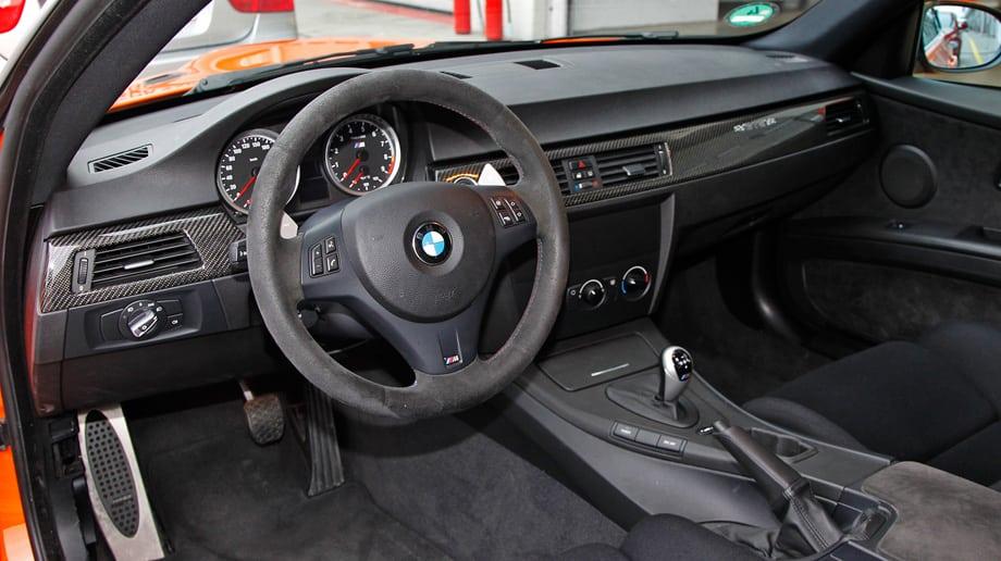 Интерьер прост настолько, насколько может себе позволить сегодняшний автомобиль BMW, продаваемый через дилерскую сеть. Там, где настоящая гоночная машина сверкала бы голым пластиком, тут — обивка из алькантары.
