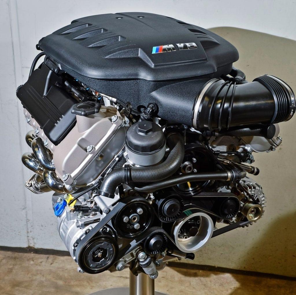 «Восьмёрка» S65B40 мощностью 420–450 л.с. — последний М-«атмосферник». Благодаря алюминиевой конструкции он легче «шестёрки» S54B32: 202 кг против 217.