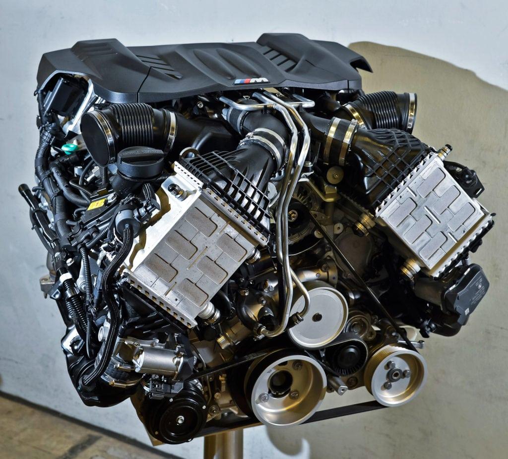 Что бы я ни говорил про «эм-шестую», а 560-сильная «битурбовосьмёрка» S63B44, дебютировавшая в 2009 году, — монструозный двигатель, достойный восхищения.