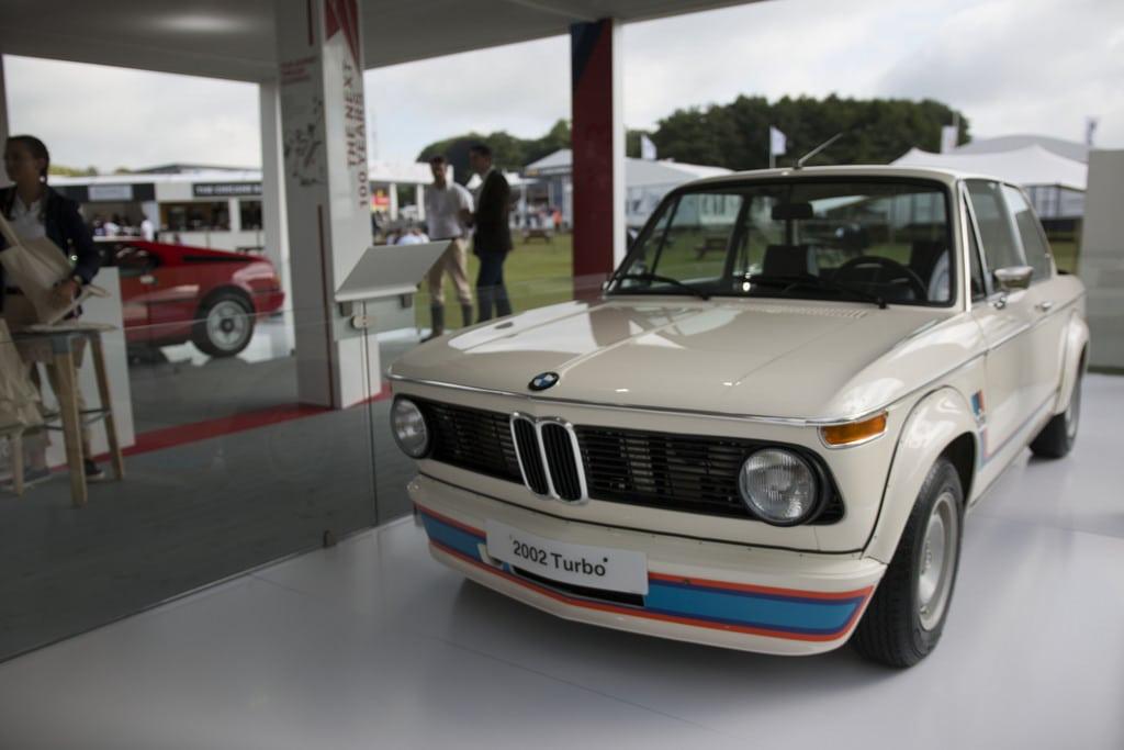 В Гудвуде можно увидеть цвет мирового автомобилестроения, причем классические BMW (и не только) участвуют в заездах бок о бок с новейшими моделями.