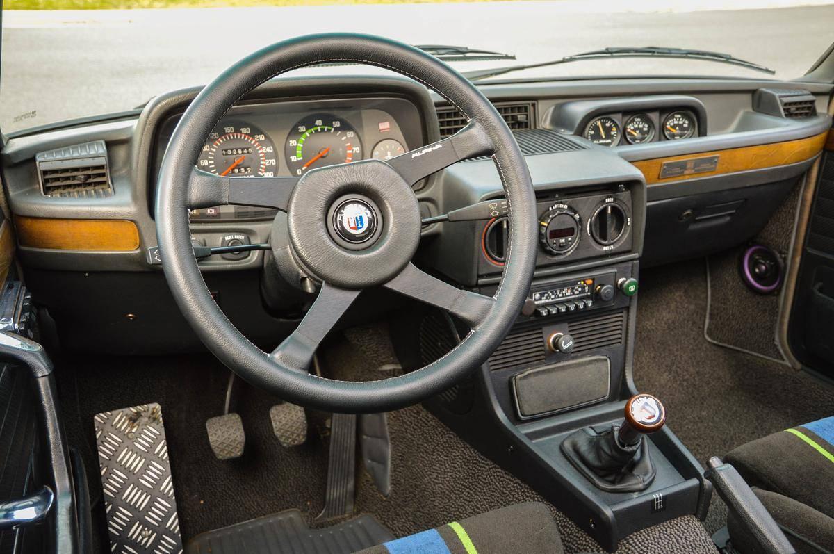 Конкретно этот ALPINA B7 Turbo 1982 года в настоящее время выставлен на продажу за 110,000$. Он проехал всего 82,416 миль, что весьма неплохо для автомобиля такого возраста.