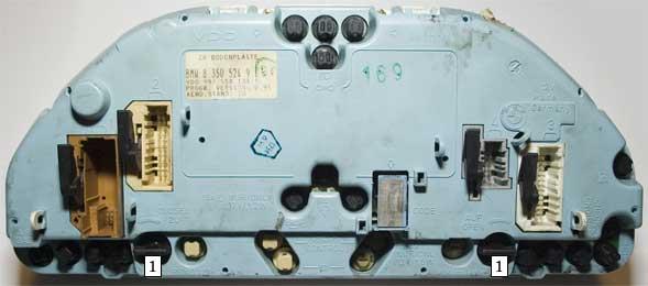 Чтобы открыть приборку открываем запорный механизм, поворачивая его на 90 градусов.