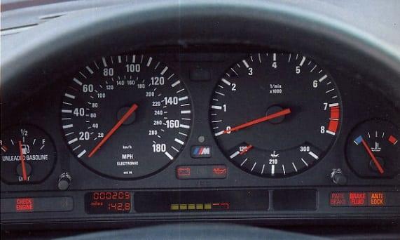 На фото пример приборной панели BMW M5 E34 для Североамериканского рынка.