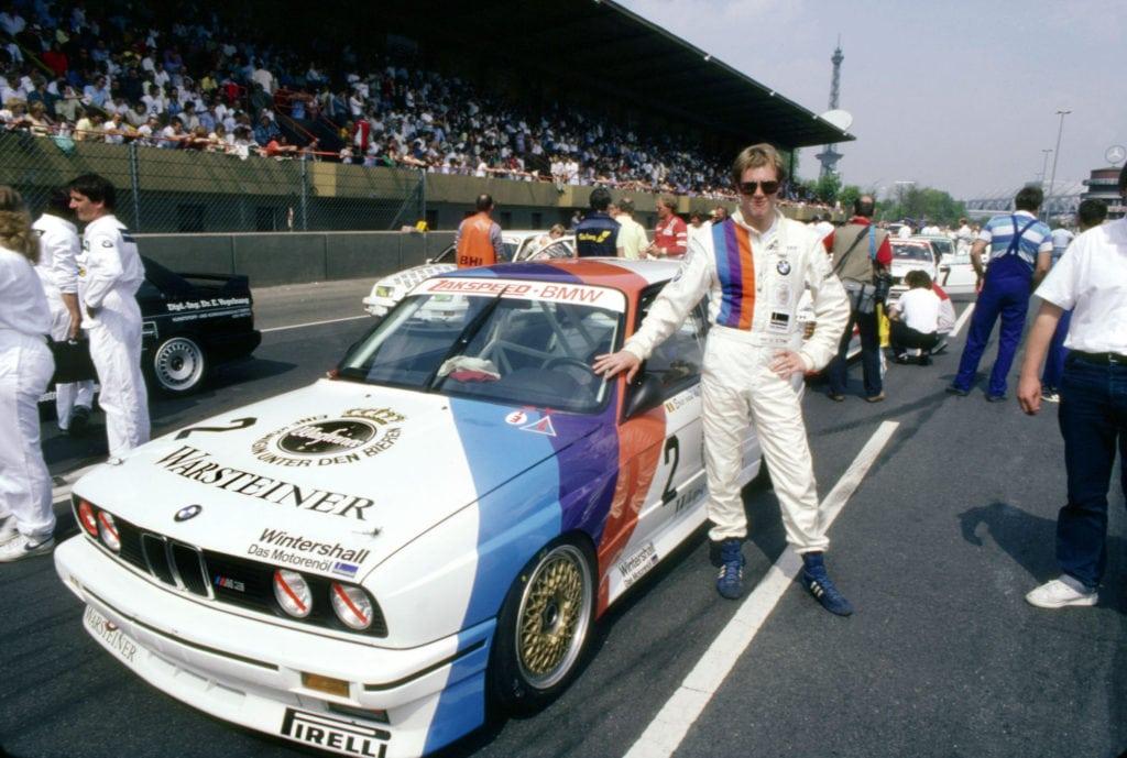 Заводская команда BMW стала первой в автоспорте, разработавшей типовую ливрею — белый фон с тремя цветными полосами. В нее было окрашено все, начиная с гоночных машин и грузовиков сопровождения, до курток и ручек.