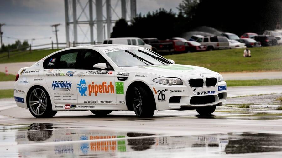 За рулем BMW M5 F10 Джон Шварц установил рекорд книги Гиннесса по расстоянию, пройденному в непрерывном дрифте — 51,3 мили (82,55 километра).